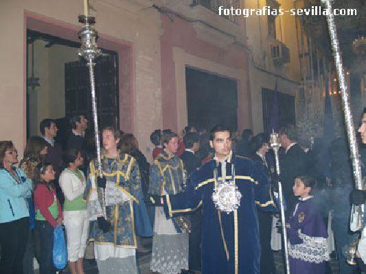 Foto de acólitos de la Semana Santa de Sevilla