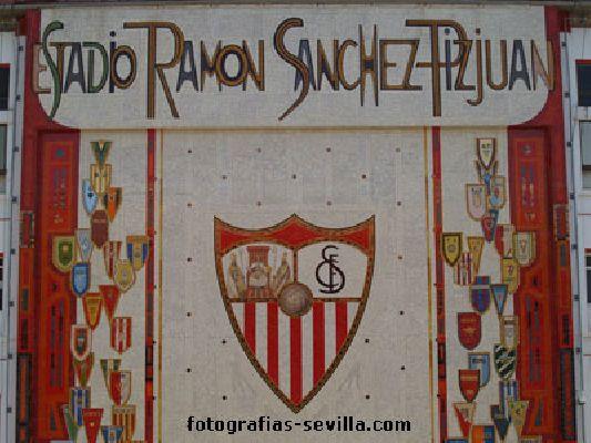 Fotografía del escudo del Sevilla en el estadio Ramón Sánchez Pizjuán