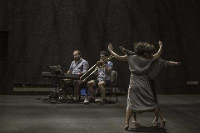 Foto promocional de la obra Una gran emoción política