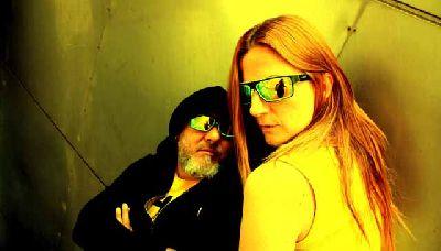 Foto promocional del grupo X + M (Xelo Rico y Juani Misterfly)