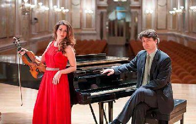 Foto promocional de Macarena Martínez y Juan Escalera