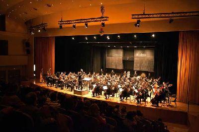 Foto promocional de la Orquesta Sinfónica de la Universidad de Sevilla y el Conservatorio Superior de Música Manuel Castillo (OSC)