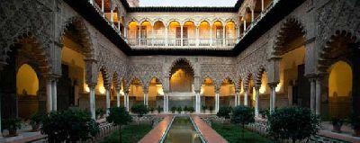 Fotografía de un patio del Real Alcázar de Sevilla