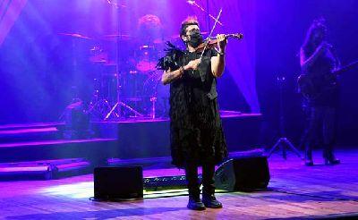 Foto promocional de Mundos opuestos del violinista Strad