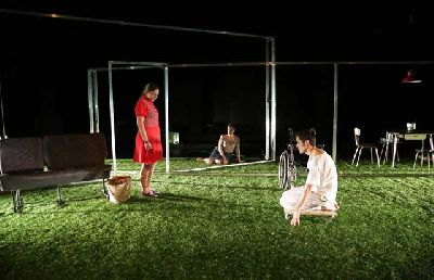 Teatro: La distancia en el Teatro Central de Sevilla