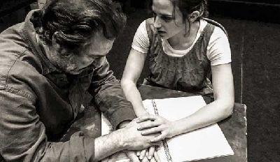 Foto promocional de Espía a una mujer que se mata de Daniel Veronese