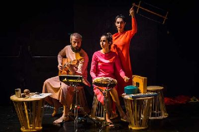 Foto promocional de la obra de teatro La excepción y la regla