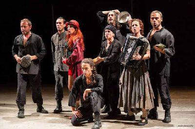 Foto promocional de la obra Madre Coraje por Atalaya Teatro Sevilla
