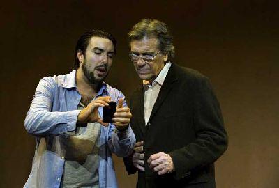 Teatro: Serlo o no en el Teatro Lope de Vega de Sevilla